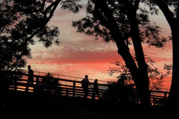 Flaucher München Isar Flussufer Brücke Sonnenuntergang Romantik Wolken roter