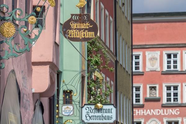 Häuserzeile in der Altstadt, mit sogenanntem Nasenschild,